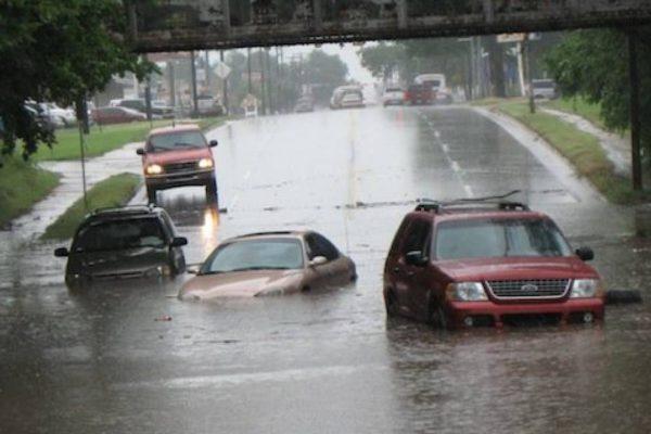 Qué hacer si usted está conduciendo y encuentra una riada.