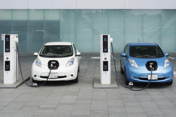 ¿Cuántas emisiones genera cargar un coche eléctrico usando carbón?