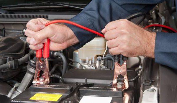 Así se usan las pinzas para la batería del coche